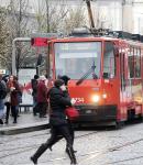 Matka s dítětem málem vběhla pod tramvaj.