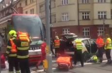Srážka tramvaje v Praze, řidiče vyprostili hasiči
