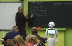 V Ústí nad Labem učí spolu s učitelem žáky robot