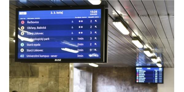 Na hlavním brněnském nádraží fungují nové tabule s odjezdy MHD