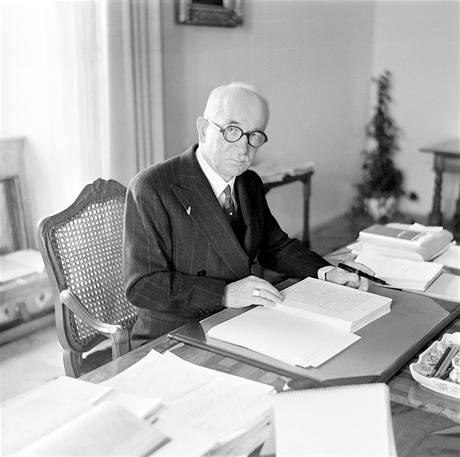 Prezident Edvard Benes u pracovního stolu